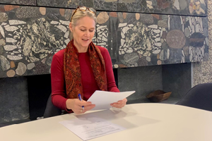 Tale Kvalvaag from Norad signing the agreement with UNU-WIDER on DRM programme November 2019. Photo: Norad