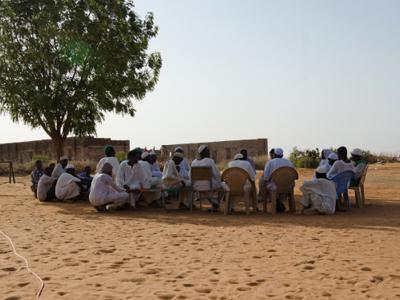 Community gathering © Salahaldeen Nadir / World Bank