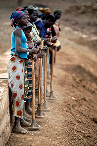 Many women in Burkina Faso are working hard to stop the encroaching desert. During the dry seasons for example, they prepare the ground pounding it and terracing it to control erosion and to catch the water when the rains finally come. Then they have good
